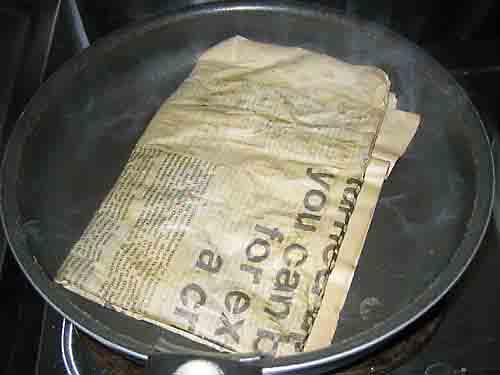 新聞の紅茶染め1