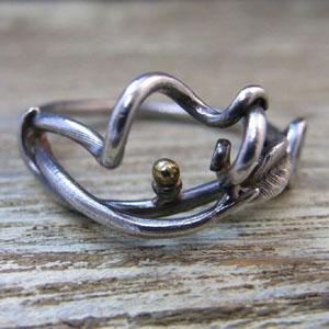 K18の珠がアクセントのツタ植物のリング1