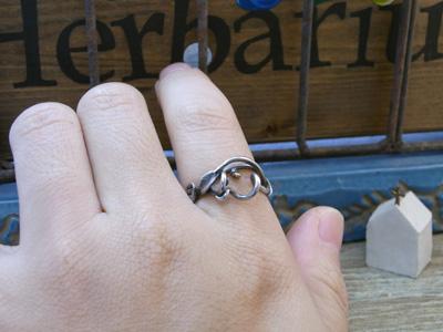 K18の珠がアクセントのツタ植物のリング3